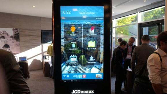 Prise en main : JCDecaux à l'assaut des villes connectées avec la JCDBox, un mobilier urbain sous Android
