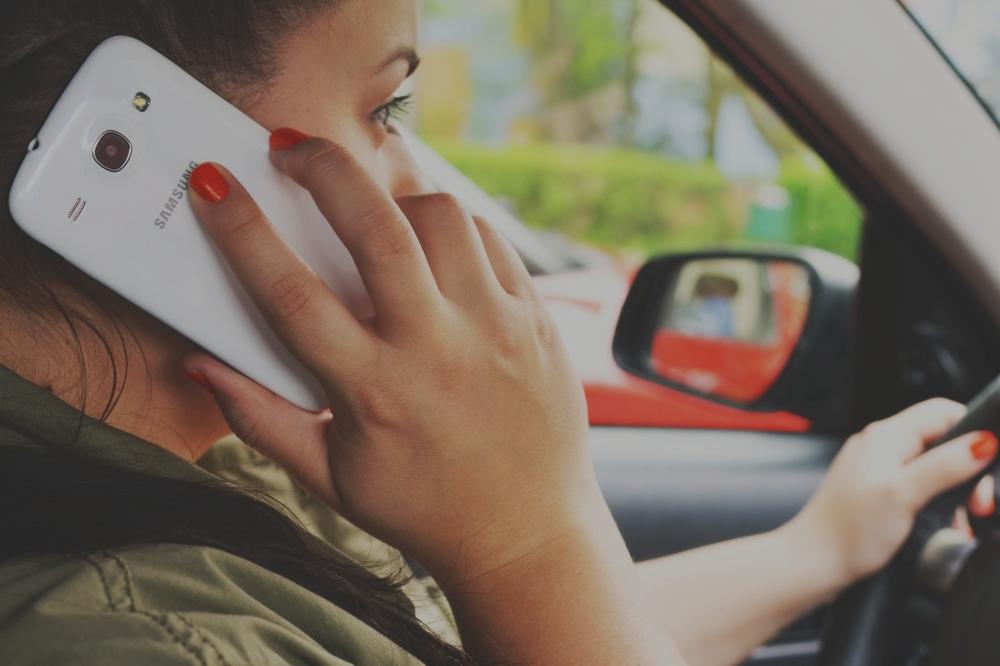 Verbalisation «à la volée» du téléphone au volant : ce n'est pas pour tout de suite