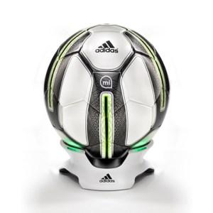 Adidas dévoile le premier ballon connecté : «MiCoach Smart Ball»
