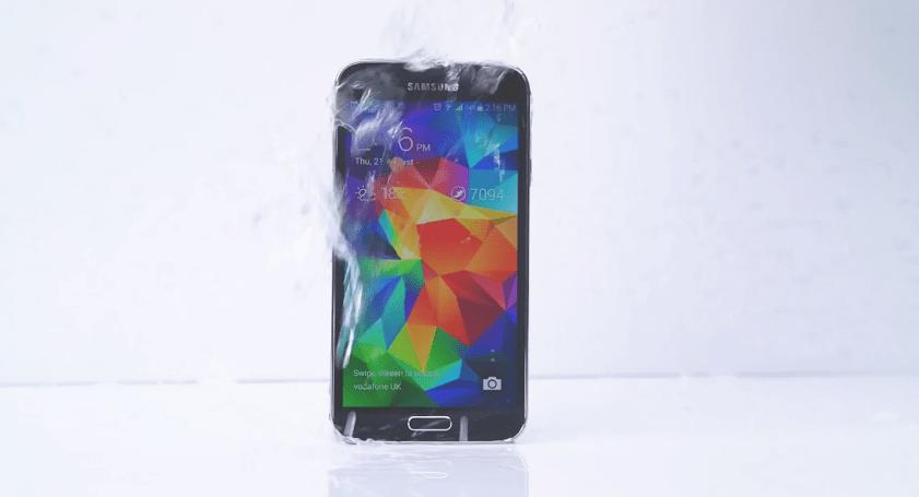 Le Galaxy S5 participe au Ice Bucket Challenge et nomine…