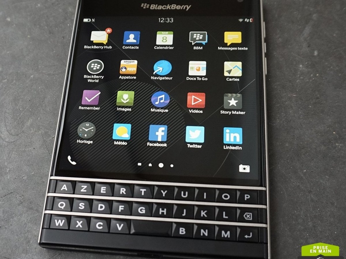 Prise en main du Blackberry PassPort, le smartphone carré