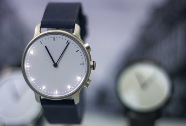 névo solar : une montre connectée avec un panneau solaire intégré