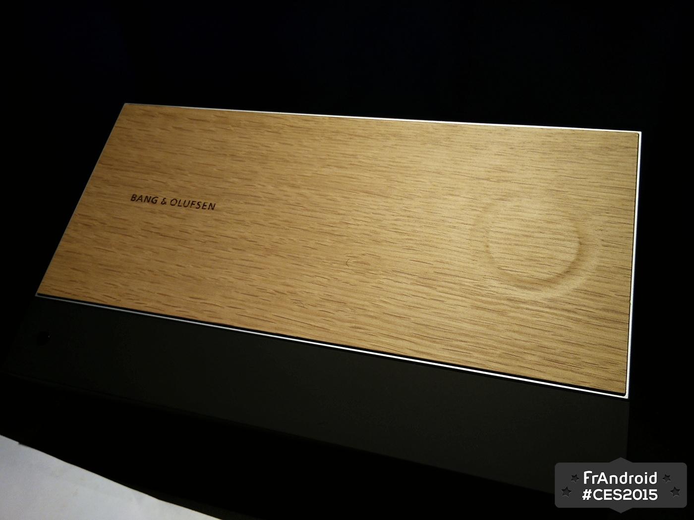 Bang & Olufsen met du tactile dans une tablette en bois, le BeoSound Moment