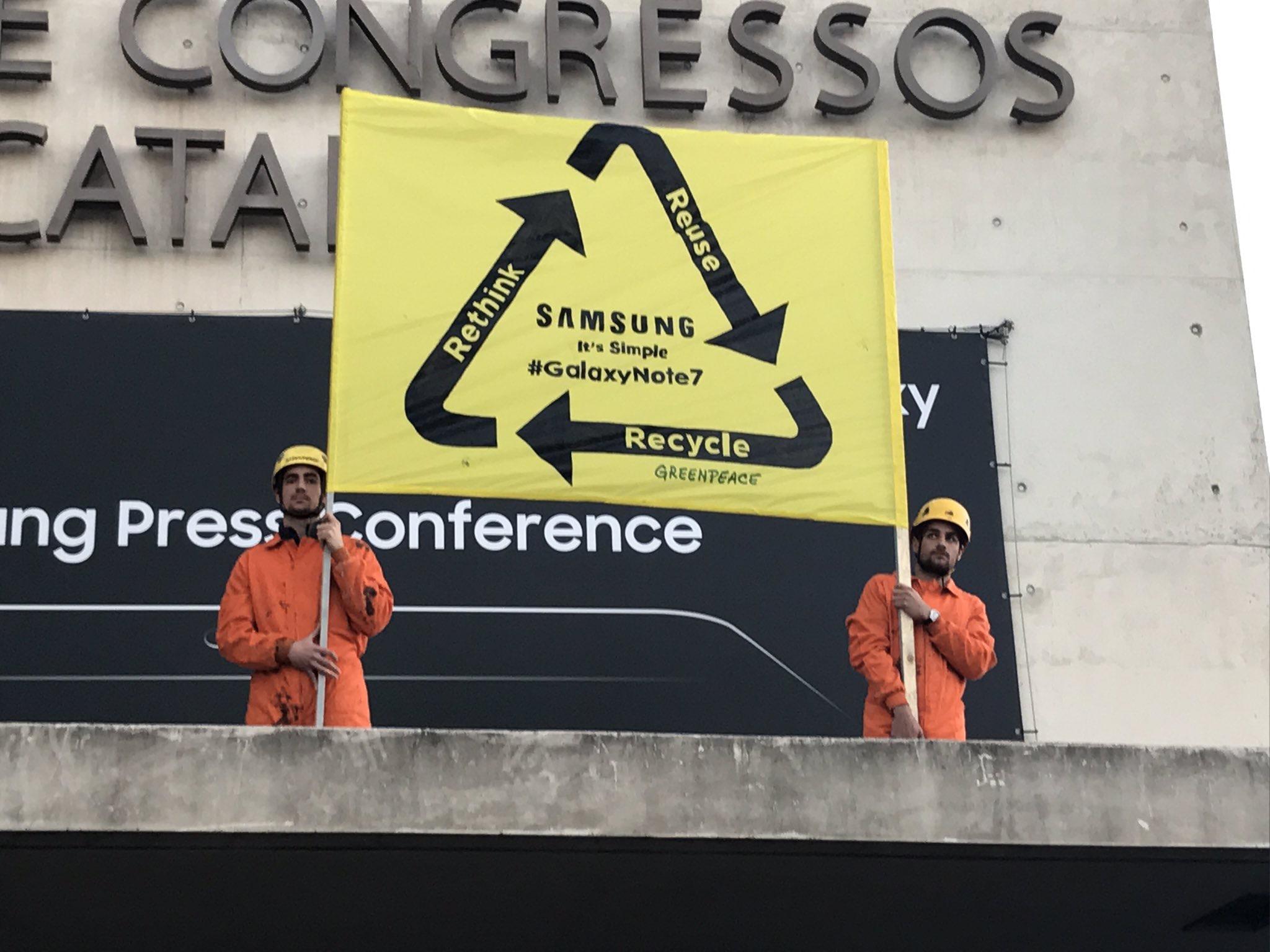 Pourquoi Greenpeace est venu manifester chez Samsung au Mobile World Congress ?