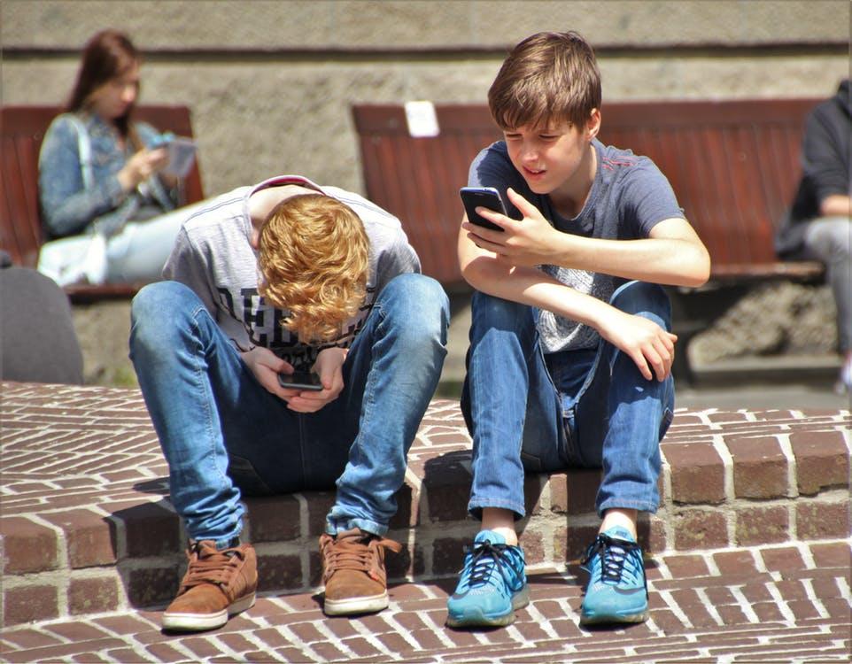 Smartphones interdits au collège : le ministère va bientôt présenter ses mesures