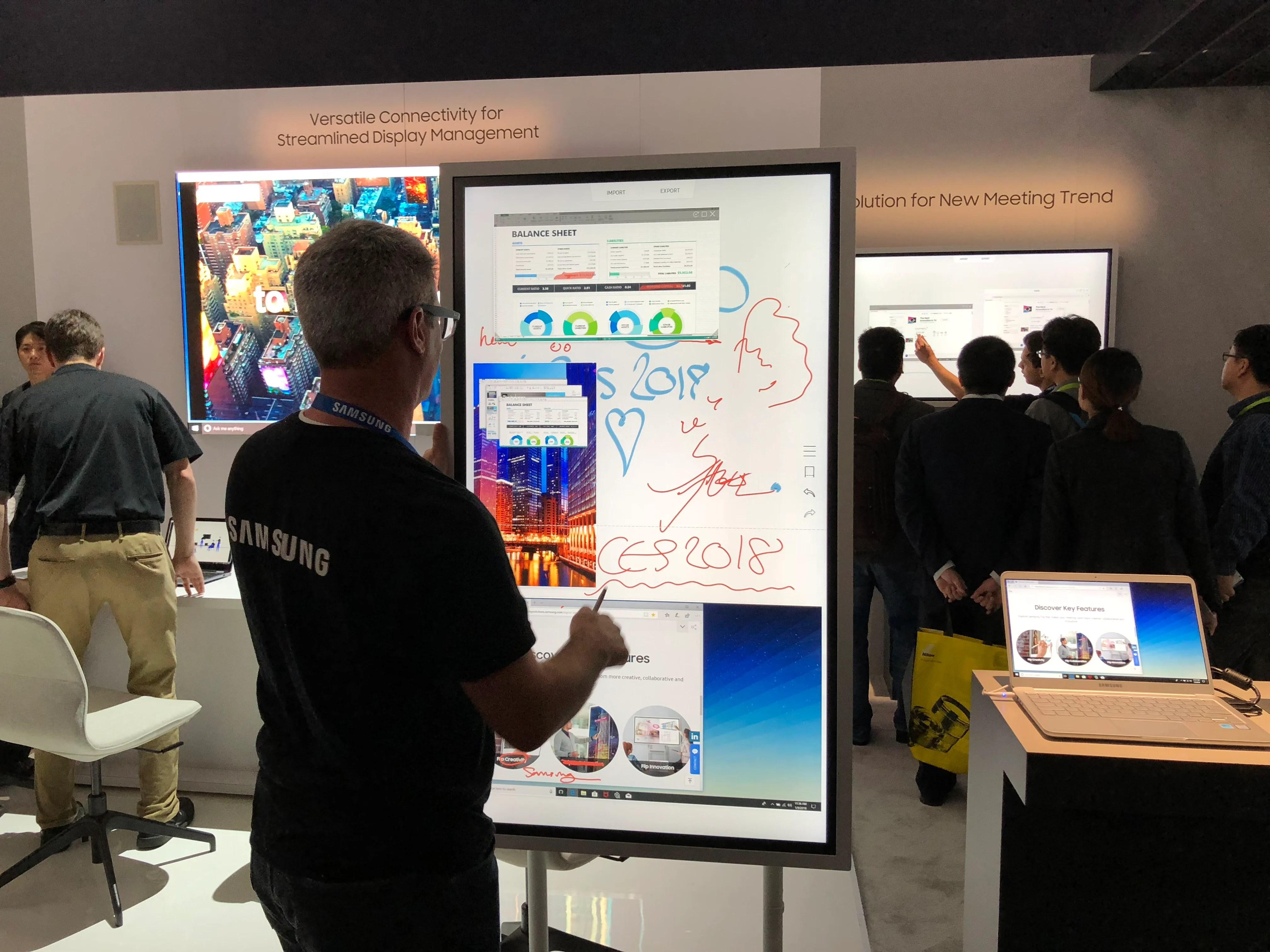 Samsung Flip : notre prise en main de l'énorme écran tactile vendu à 2900 euros