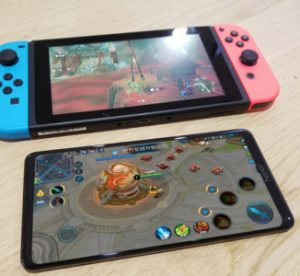 Le Honor Note 10 et son grand écran apparaissent en photos à côté de la Nintendo Switch