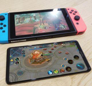 Le Honor Note 10 et son grand écran apparaissent en photos à côté de la Nintendo Switch