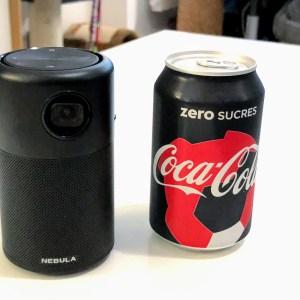Ce vidéoprojecteur de la taille d'une canette est à un super prix aujourd'hui