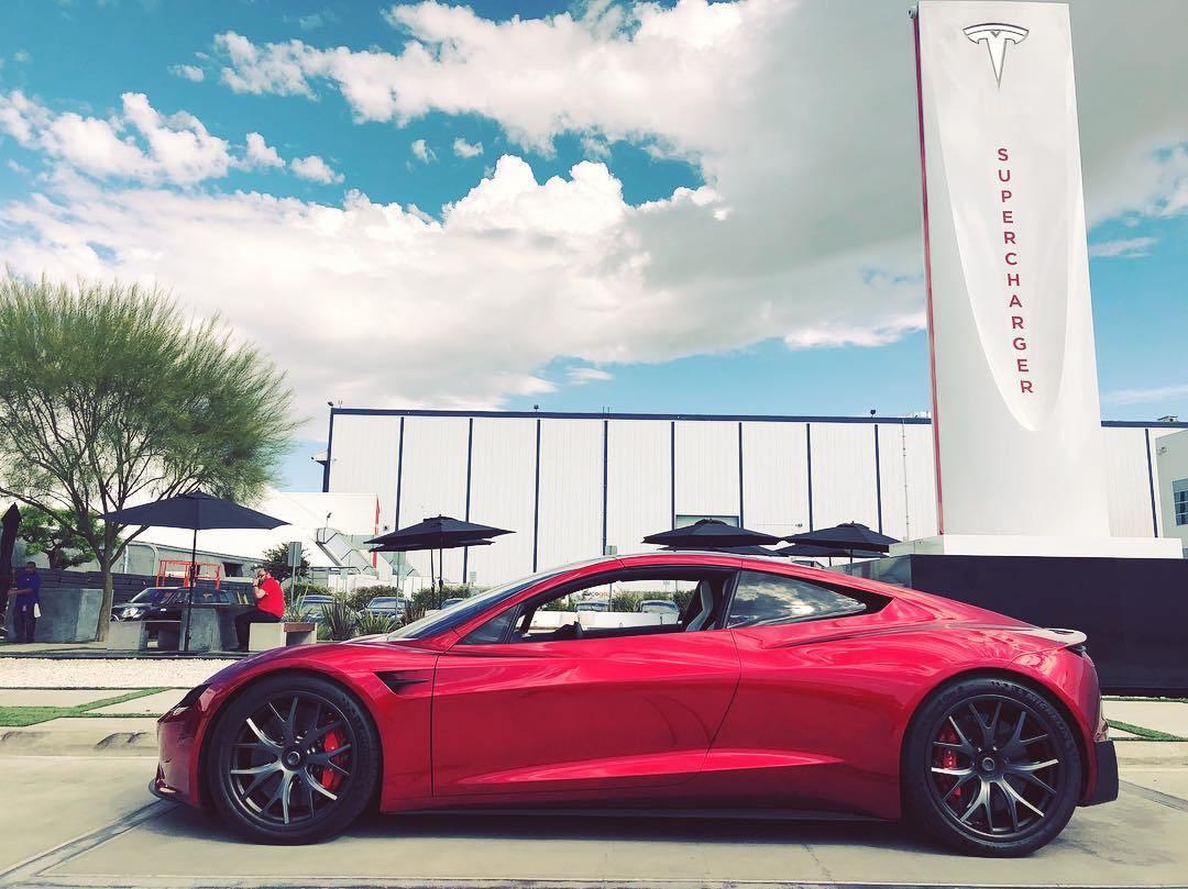 Propulsée par une option SpaceX, la Tesla Roadster passerait de 0 à près de 100 km/h en à peine 1 seconde