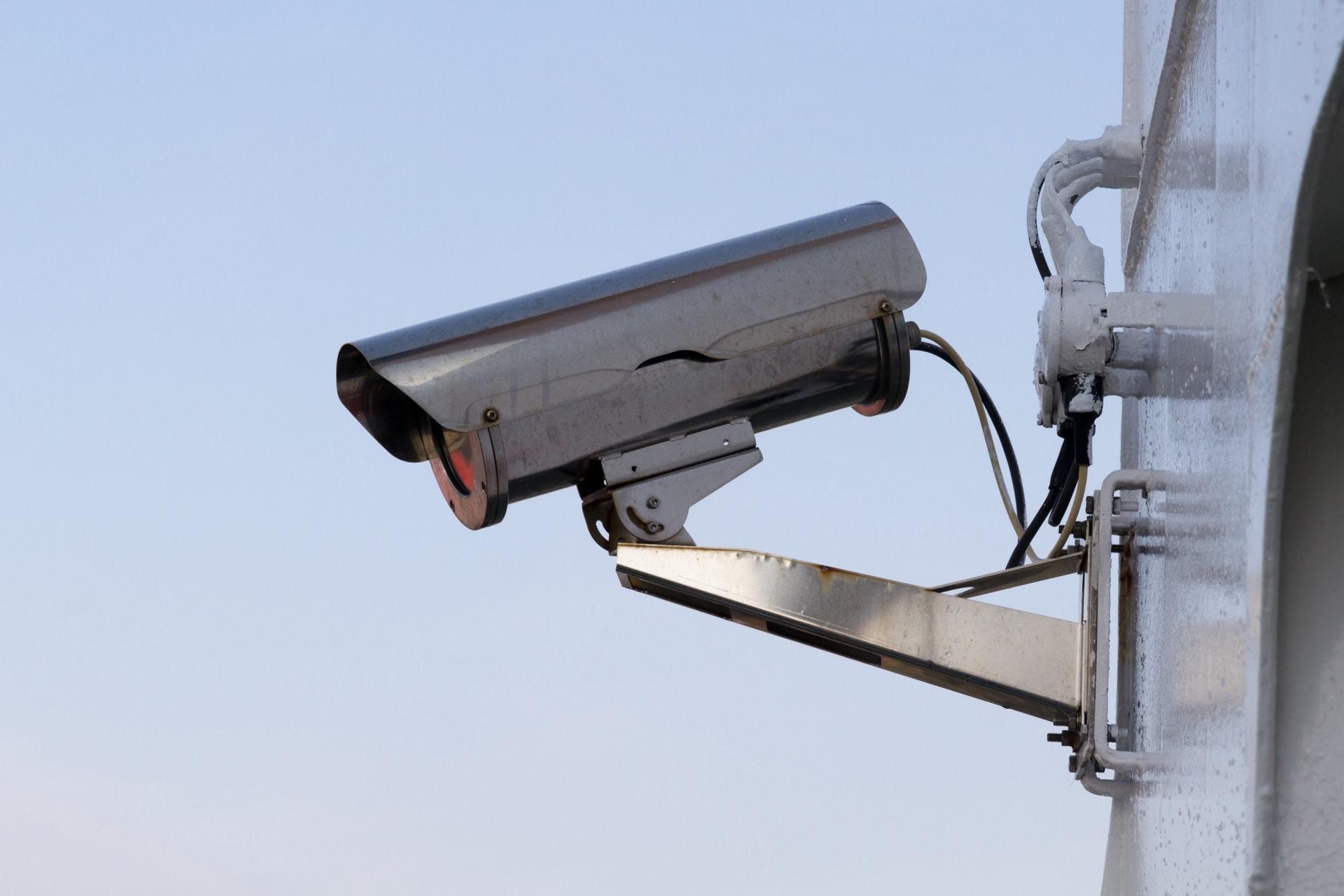 Cet outil de surveillance identifie des personnes juste en regardant comment elles marchent