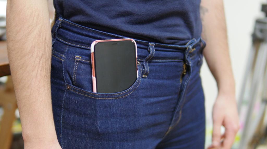 Nos poches et les smartphones : nouvel exemple d'une société pensée pour les hommes avant les femmes