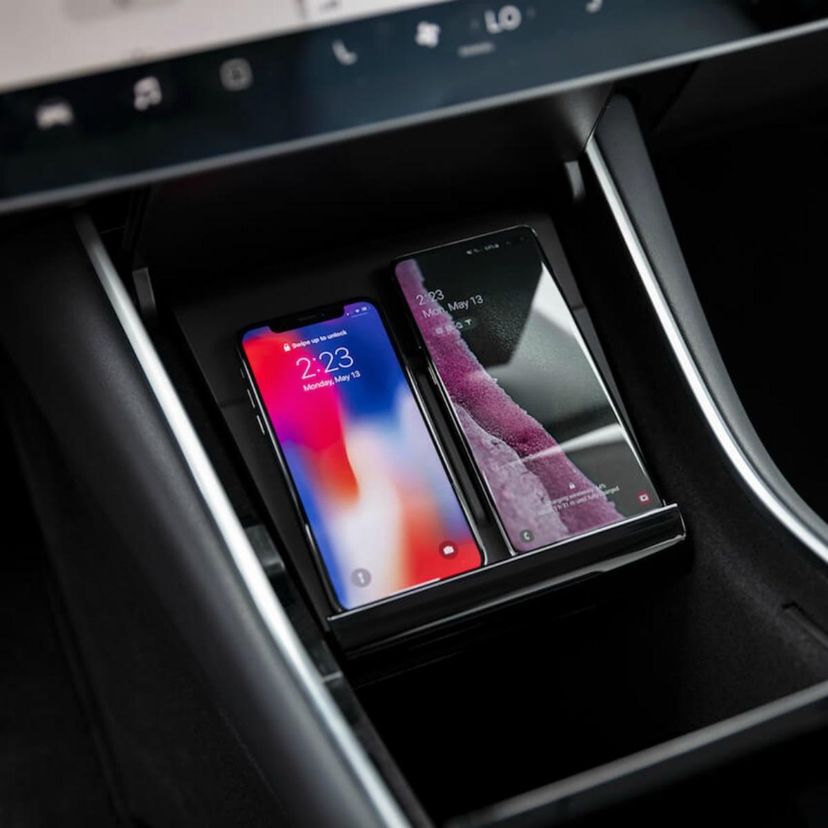 Model 3 : Tesla introduit un double chargeur sans fil pour des smartphones de toutes tailles