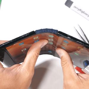 Le tout premier smartphone pliable a été plié dans les deux sens… et il n'a pas aimé