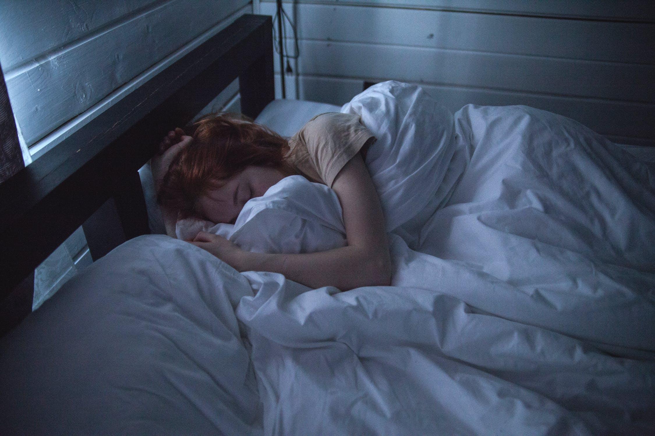 Ne dormez pas avec votre smartphone en charge dans le lit