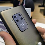 Prise en main du Motorola One Zoom : un écran brillant et un beau module photo - IFA 2019