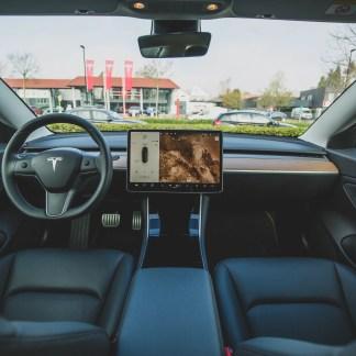 Gain de puissance, navigation prédictive : la dernière mise à jour de Tesla présentée en détail
