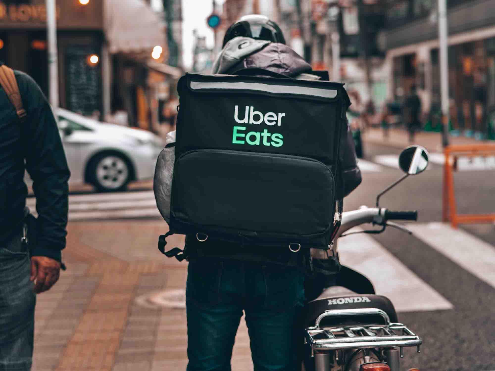 Carrefour s'allie à Uber Eats pour livrer les courses à domicile pendant le confinement