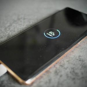 La charge rapide des smartphones n'a souvent de «rapide» que le nom