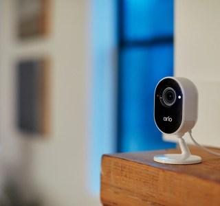 Arlo Essential Indoor: une caméra d'intérieur discrète qui protège votre logement comme votre vie privée