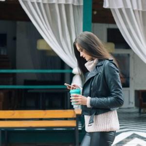 «Levez la tête!»: Google veut vous avertir lorsque vous utilisez votre smartphone en marchant