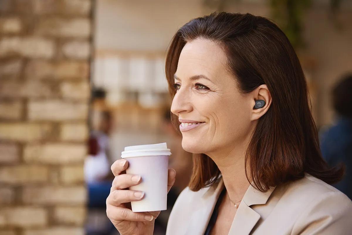 Jabra Enhance Plus: à mi-chemin entre des earbuds et l'aide auditive