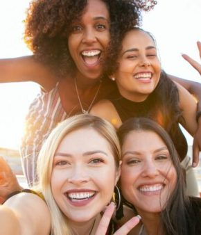 Femmes – amies – selfie