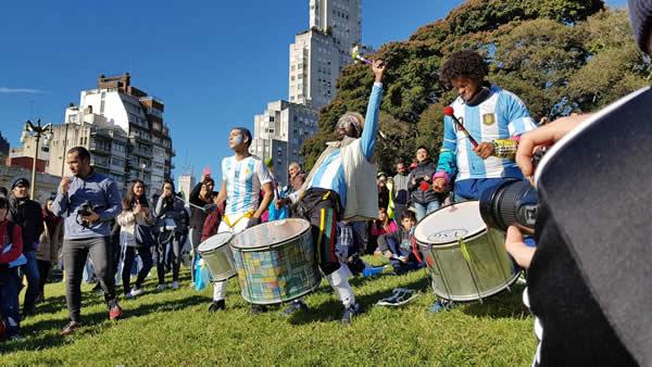 C'est seulement à la mi-temps que les chants et danses se sont manifestés. Buenos Aires, le 16 juin 2018. © Esther Meunier