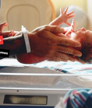 sage-femme qui tient un nouveau-né