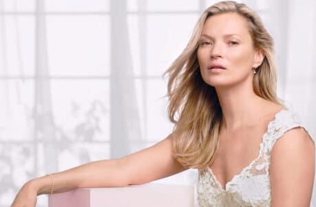 Kate Moss posant pour une pub de la marque Decorté.
