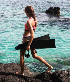 Un fille se préparant à aller explorer les fonds marins avec une tenue et un équipement Roxy