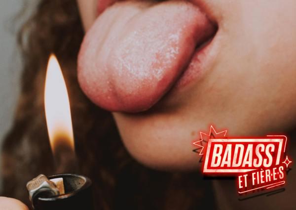 une fille badass et fière fais comme si elle allait se brûler la langue avec un briquet