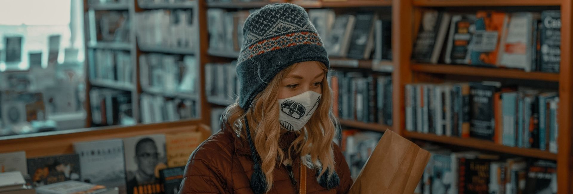 etudiante masquee dans une librairie