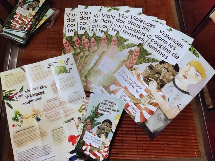 Dépliants et affiches réalisés par la Fédération LGBTI+ pour lutter contre les violences au sein des couples de femmes