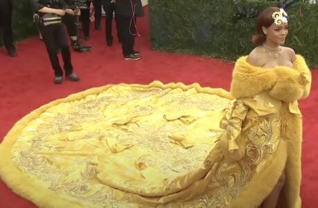Rihanna en robe Guo Pei au gala du Met 2015