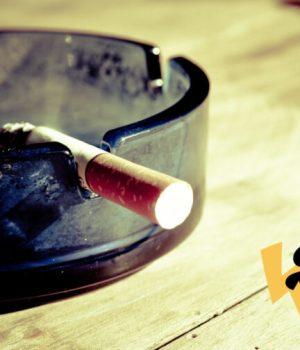 Une cigarette allumée dans un cendrier