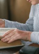 jeune femme lisant le dictionnaire