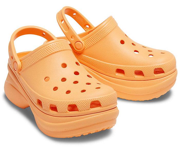 Crocs couleur melon à semelle compensée, 47,99€.