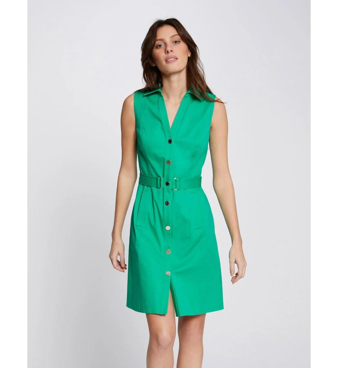 Robe sans manches, boutonnée sur le devant, avec ceinture, poches, et col revers, en 97% coton et 3% elasthane, Morgan, 49€ au lieu de 70€.
