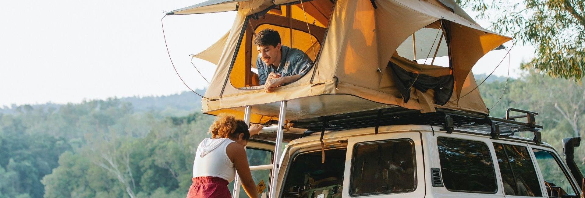 Couple qui campe avec un van