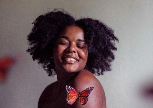 femme aux cheveux afro