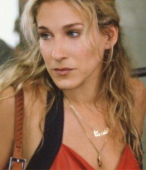 Carrie Bradshaw avec un collier à son prénom dans Sex and the city