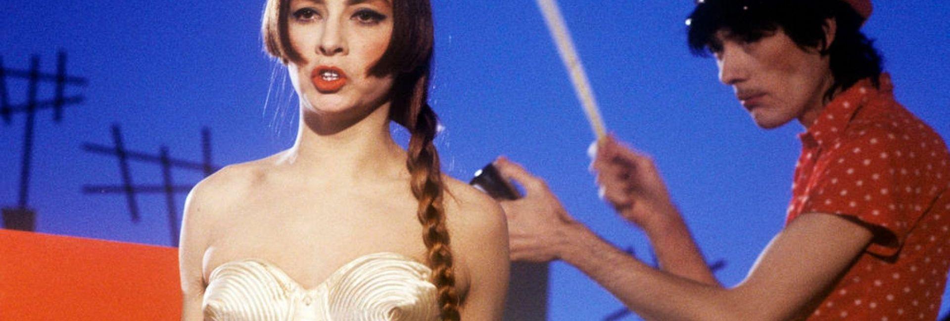 Les Rita Mitsouko portent du Jean Paul Gaultier et du Thierry Mugler dans le clip de Marcia Baïla qui a grandement marqué l'esthétique des années 1980