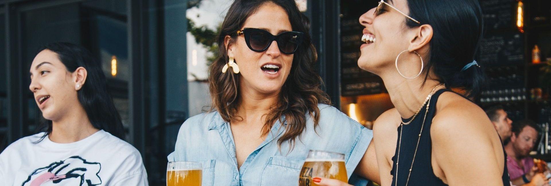 Deux femmes en terrasse avec une biere