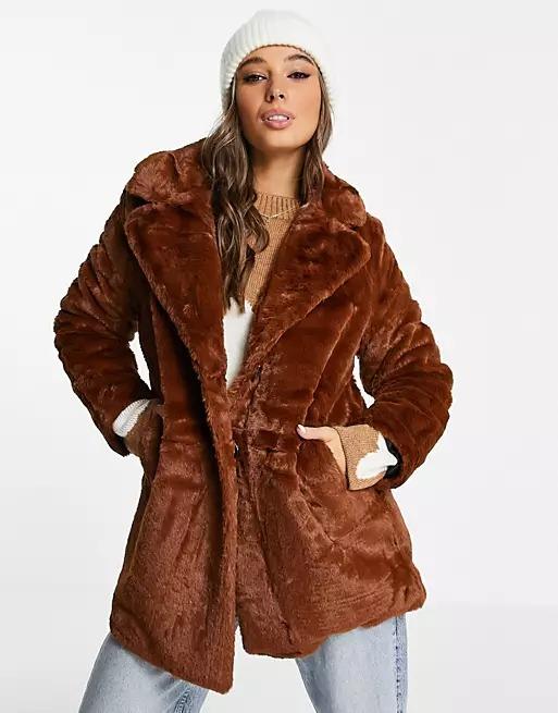 Ils sont beaux, ils sont chauds, ils sont dans la tendance de la saison, ces manteaux marron!