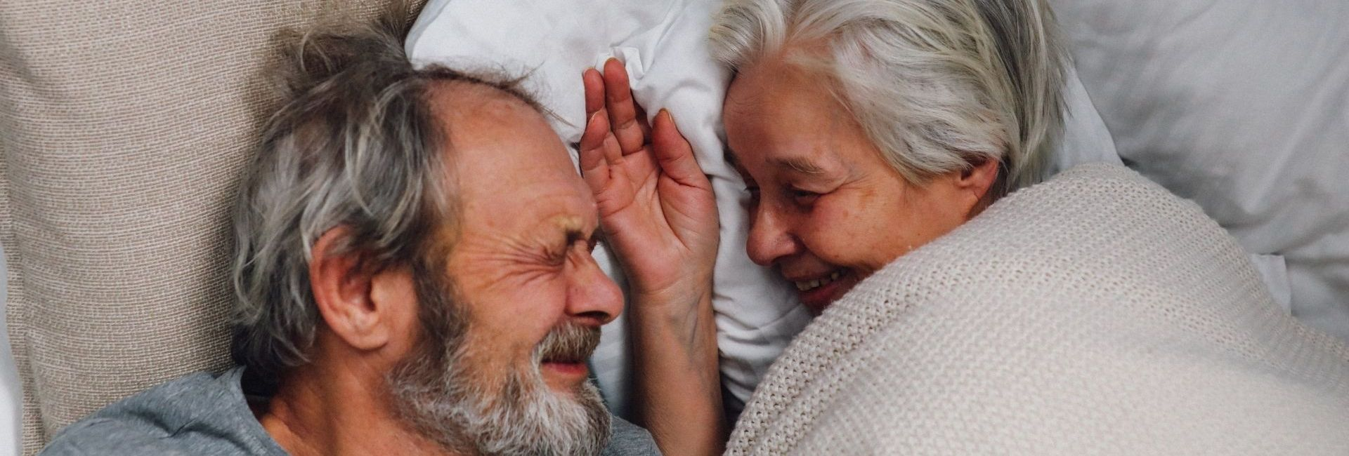 couple – vieux – lit – âgé
