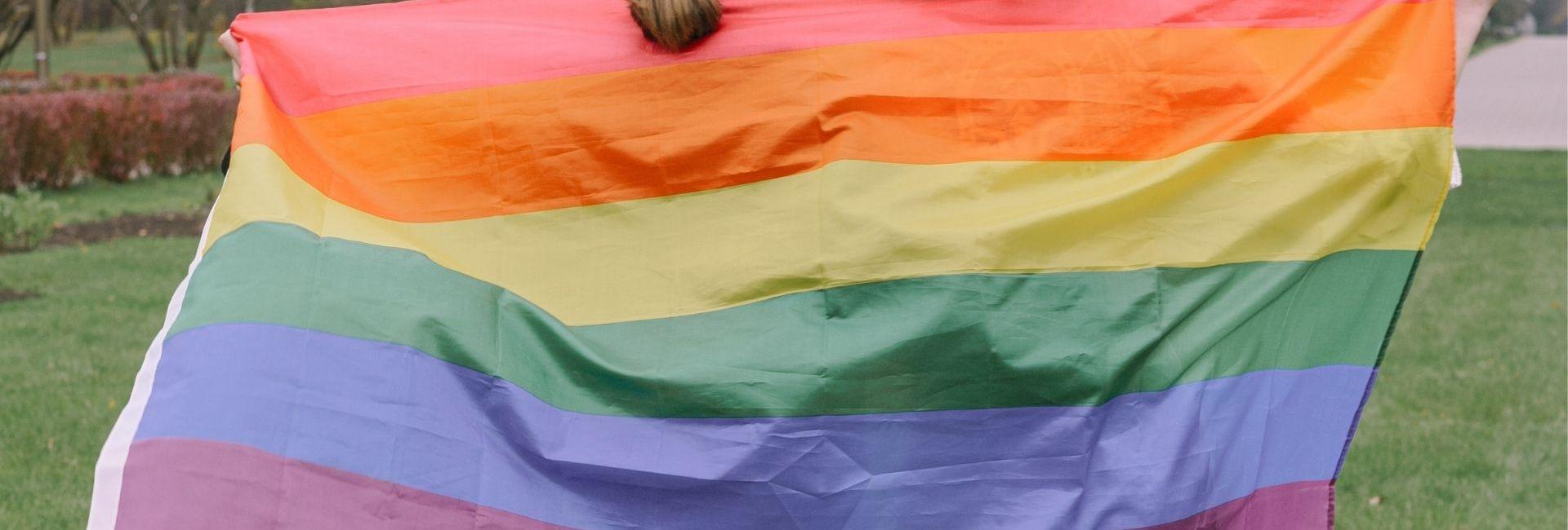 pexels-ivan-samkov-mariage pour tous drapeau arc en ciel