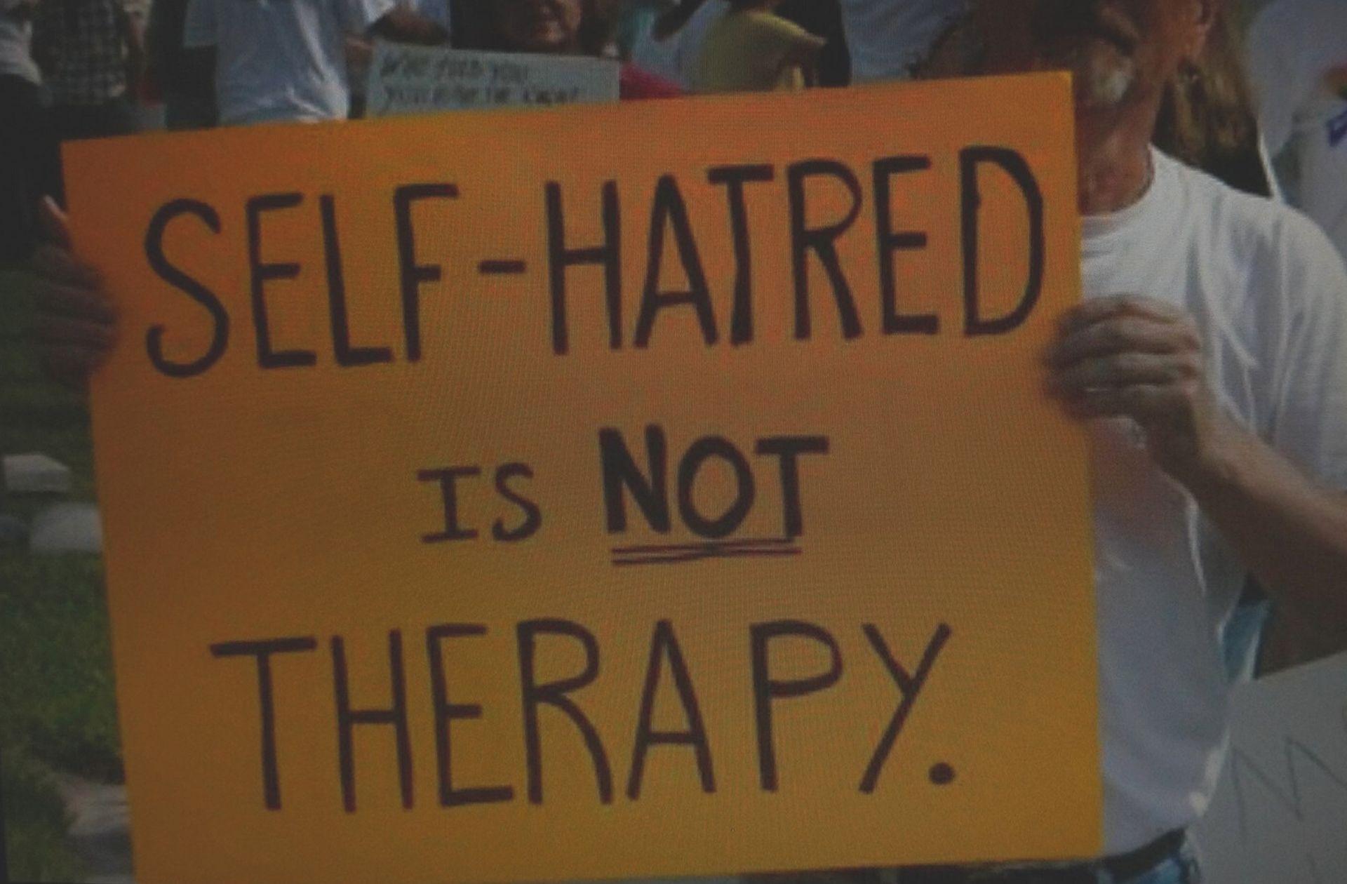 Panneau disant « La haine de soi n'est pas une thérapie ».
