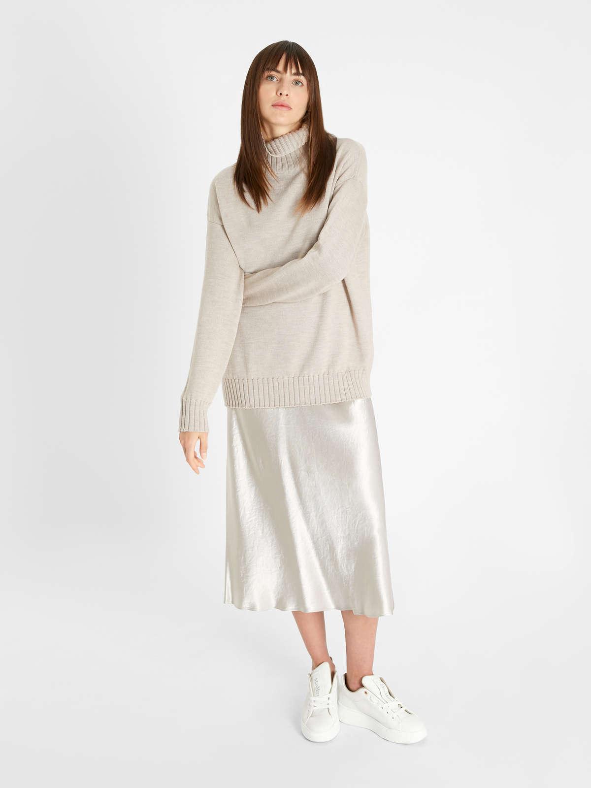 La jupe en satin est de retour cet automne et vous devez probablement déjà savoir comment la porter