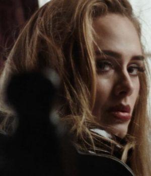 Adele-dans-le-clip-Easy-On-Me-réalisé-par-Xavier-Dolan